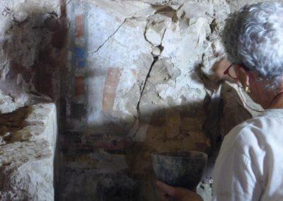 Pía refuerza las pinturas de la tumba de Baki.