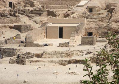 La tumba-capilla de Djehuty vista desde el otro lado de la carretera.