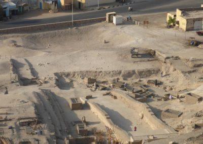 El yacimiento visto desde el otro lado, con el Sector 10 y 11 al fondo, junto a la carretera.