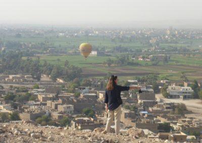 Ana disfruta del paisaje frente a la colina de Dra Abu el-Naga.